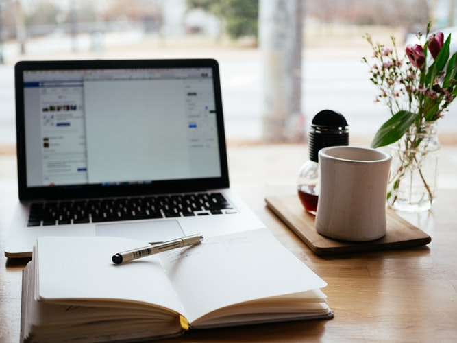 Computer, quaderno, penna e caffè: gli strumenti del copywriter
