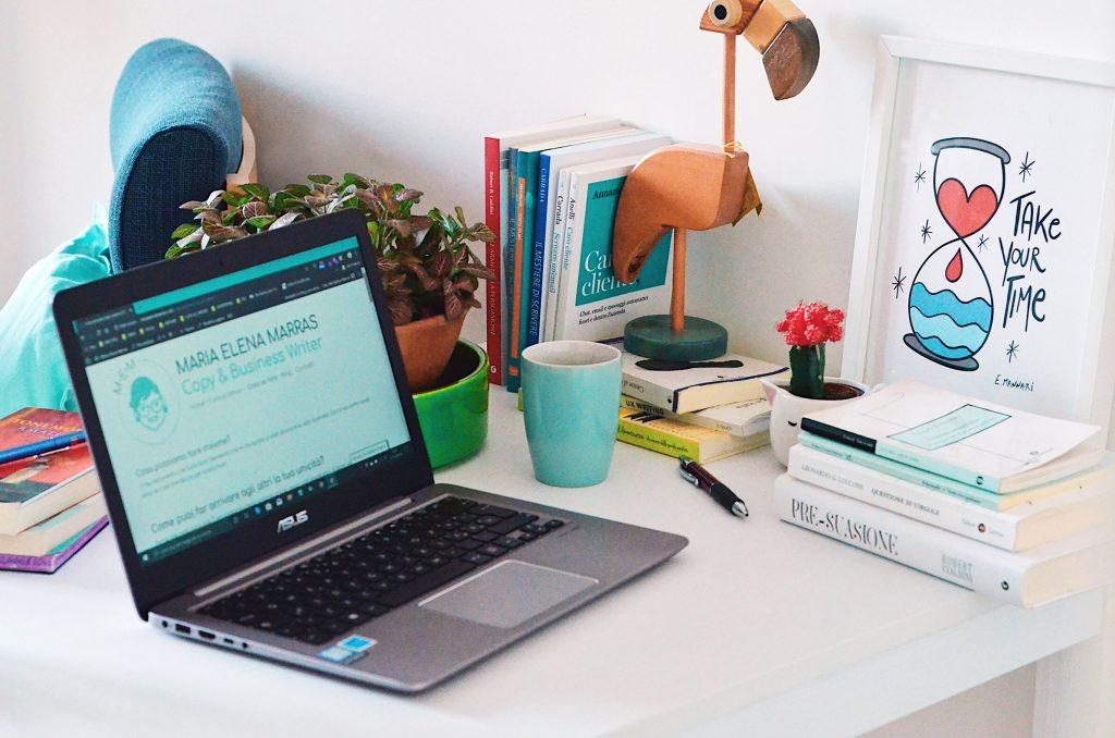 Libri, quaderni, computer: tutto pronto per scrivere una strategia online