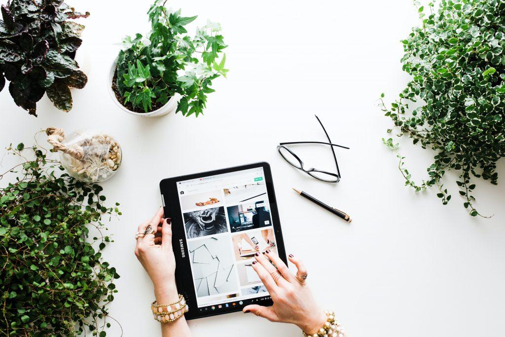 Una donna sceglie dei prodotti da comprare online sul suo tablet.