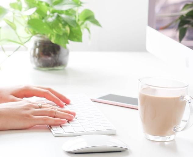 Mani su una tastiera a strutturare un processo creativo e strategico per un brand