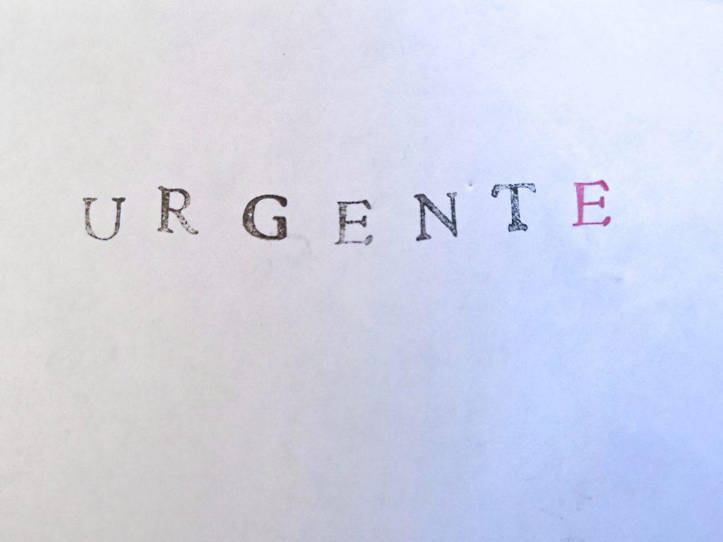 """Un foglio bianco con la scritta """"urgente"""""""