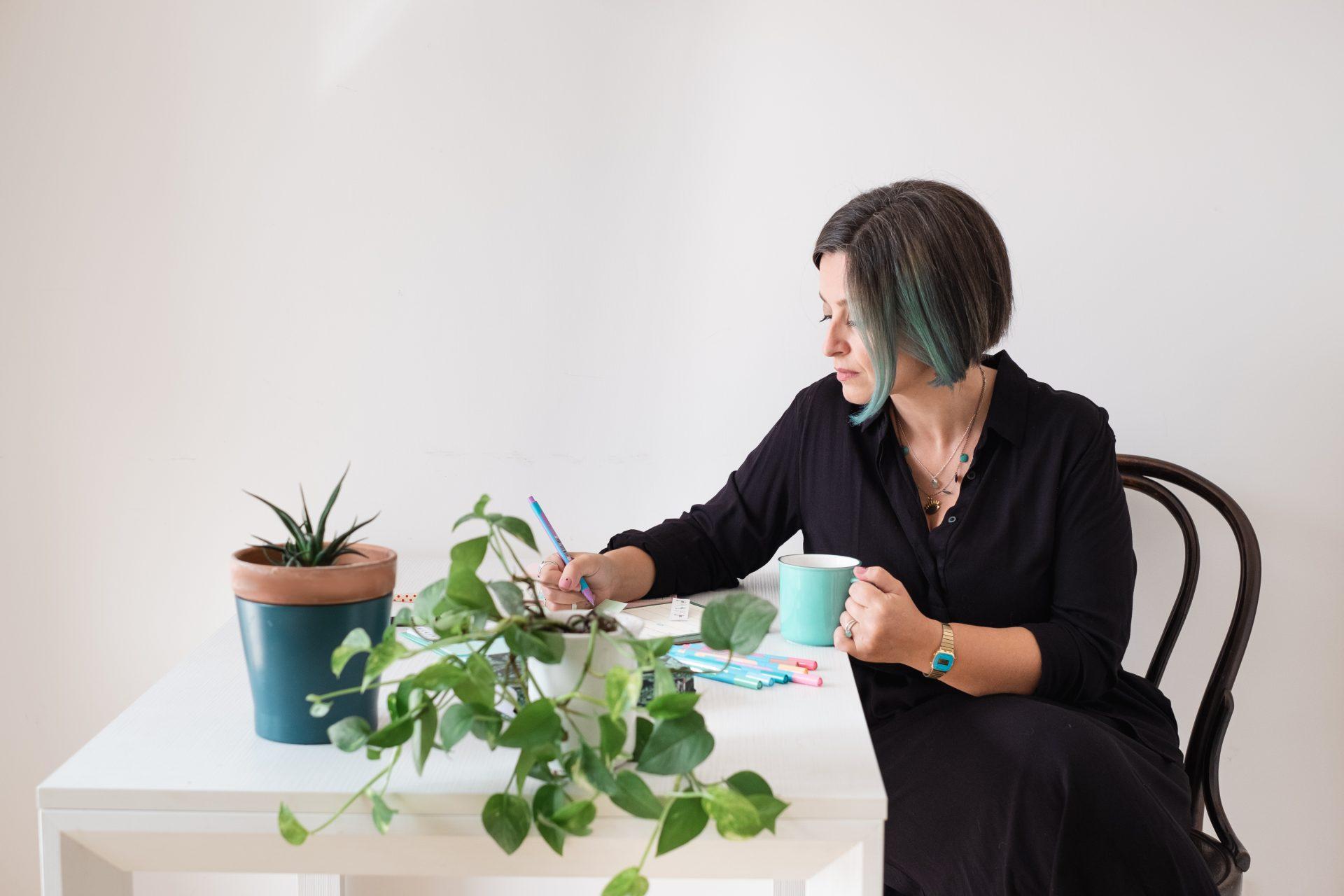 Maria Elena è seduta alla scrivania con una tazza di caffè in mano e si prepara a una consulenza